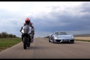 Porsche 918 Spyder VS Yamaha YZF-R1: duello in pista con gomme Michelin [VIDEO]