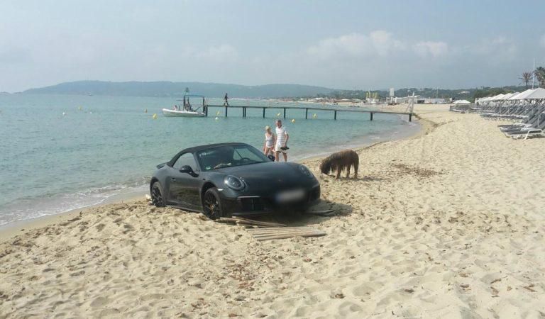 Una Porsche 911 è rimasta bloccata nella sabbia sulla riviera di St. Tropez