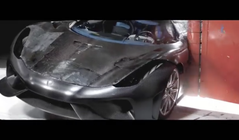 Il crash test della Koenigsegg Regera, visto con calma e con la musica