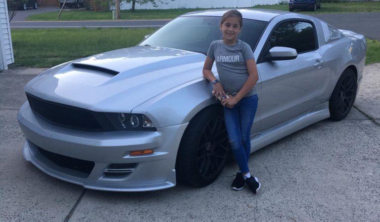 La bella storia che lega questa Ford Mustang con la sua piccola proprietaria