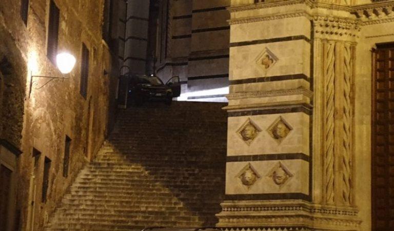 Non sempre conviene affidarsi al navigatore satellitare, come hanno dimostrato questi turisti a Siena