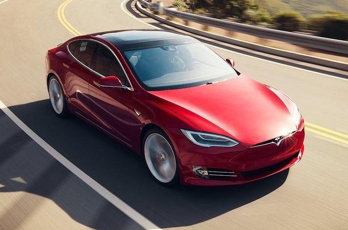 Elon Musk e lo strano caso dell'autopilota Tesla usato per girare video hard