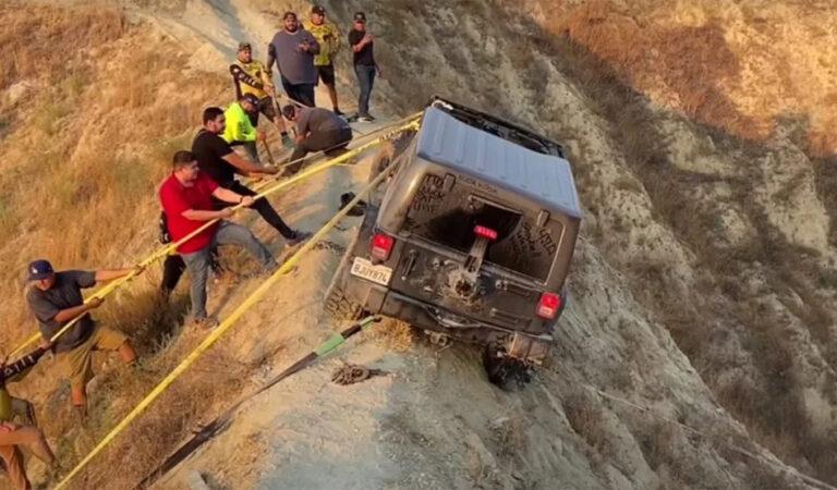 Una Jeep Wrangler rimane in bilico sul crinale di una collina e viene salvata da un gruppo di appassionati