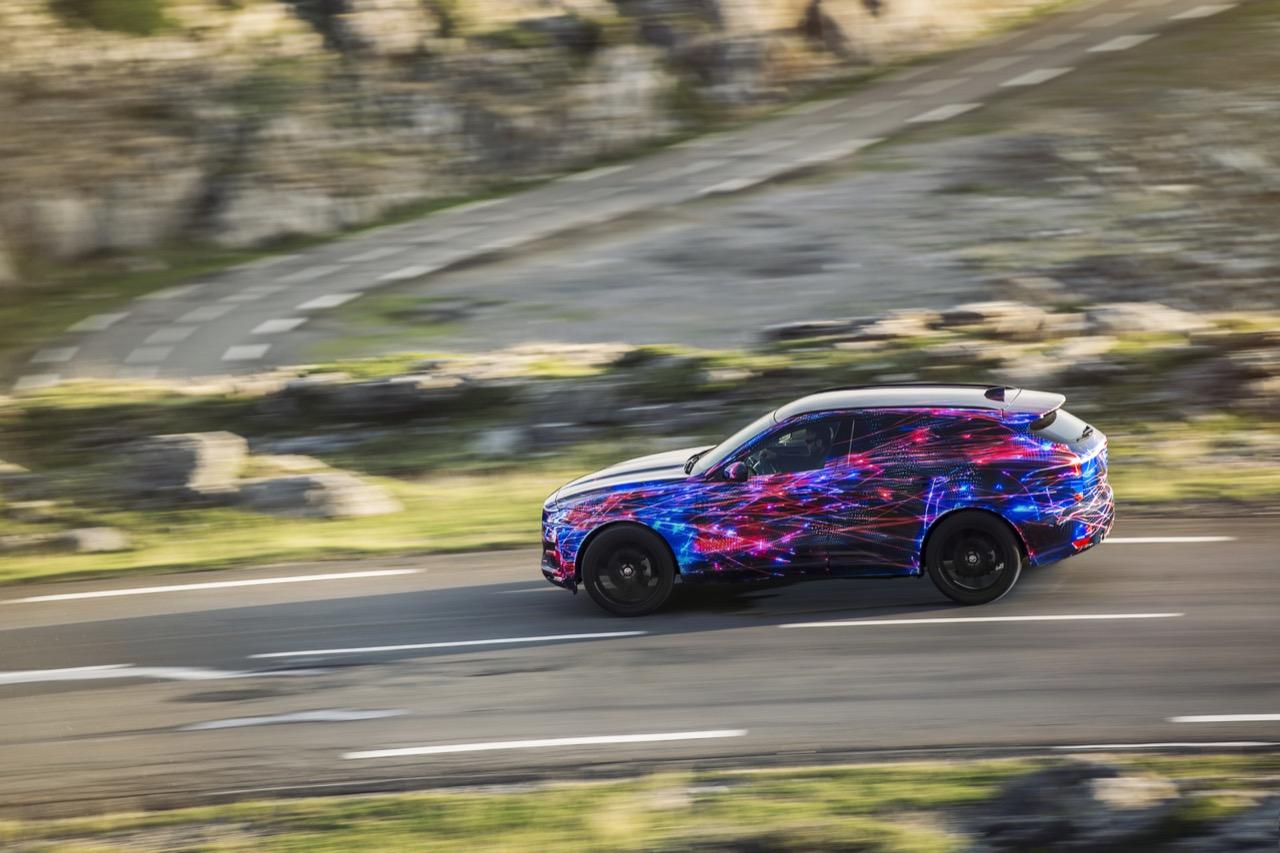 Jaguar F-PACE - nuove immagini del veicolo del Giaguaro