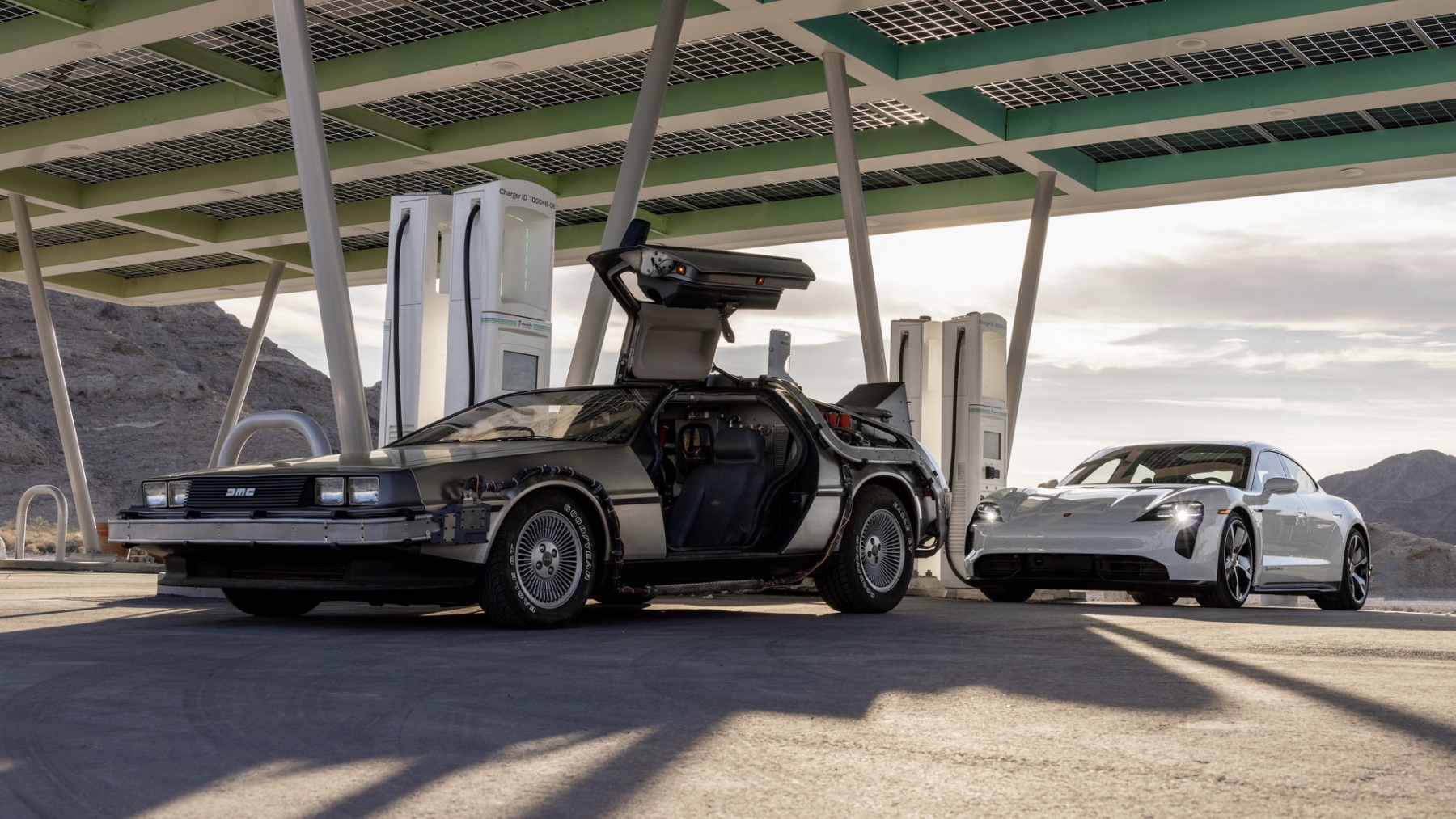 Porsche Taycan e DeLorean DMC-12