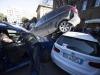 SUV in retromarcia su auto parcheggiate