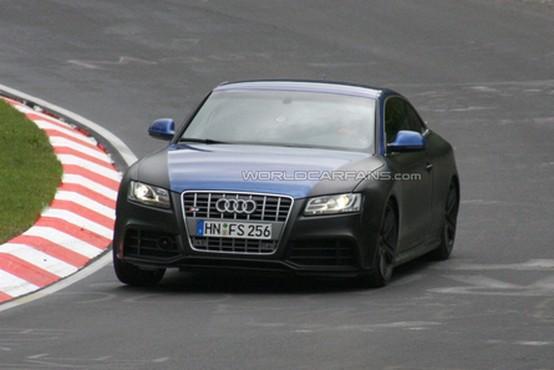 Audi RS-5 spiata con spoiler retrattile