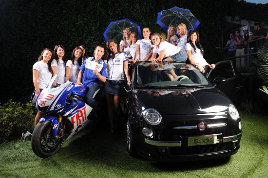 Jorge Lorenzo incorona le umbrella girl Fiat Yamaha Team 2009