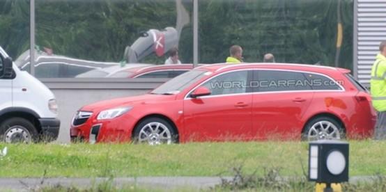 La Opel Insignia OPC Sports Tourer fotografata senza camuffamenti