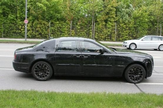 La versione di produzione della Rolls-Royce Ghost spiata con minori camuffamenti