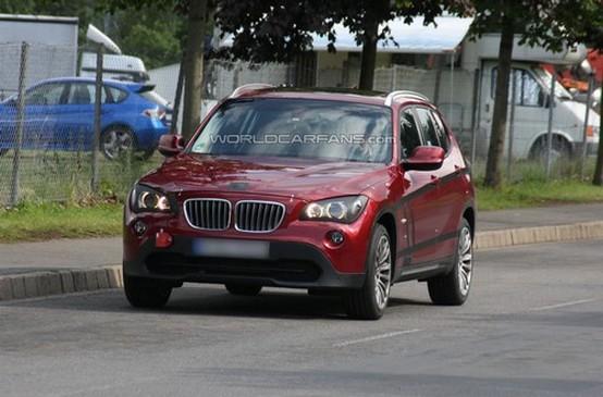Un prototipo rosso di BMW X1 immortalato praticamente senza camuffamenti