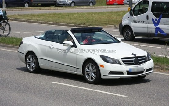 Mercedes-Benz Classe-E spiata con la copertura abbassata