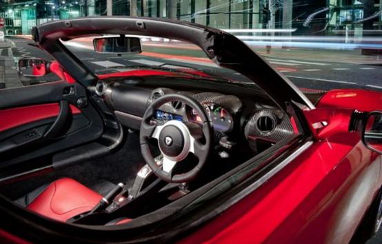 Qualcosa si muove: Tesla lancia una Roadster con la guida a destra