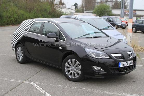 Opel Astra Sports Tourer: Foto Spia
