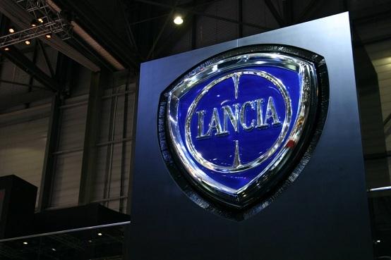 lancia thesis prove su strada Lancia thesis facelift  sul pianale premium full-size (ovvero con passo di 2,8  metri, non la versione accorciata utilizzata su 159/brera.