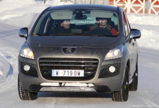 Peugeot 3008 Hybrid4, foto spia dell'ormai imminente modello ecologico
