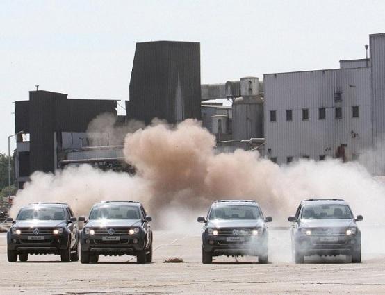 Volkswagen Amarok, quattro esemplari abbattono una ciminiera