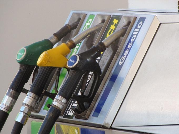Aumento carburanti: +1 cent per la verde, +0.5 cent per il gasolio