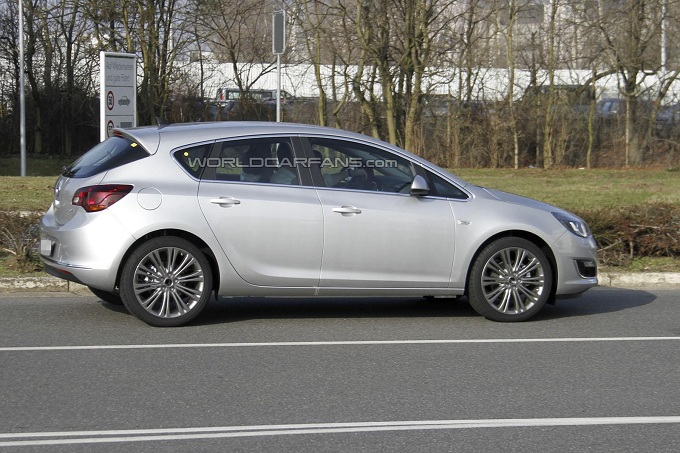 Opel Astra restyling foto spia 2012