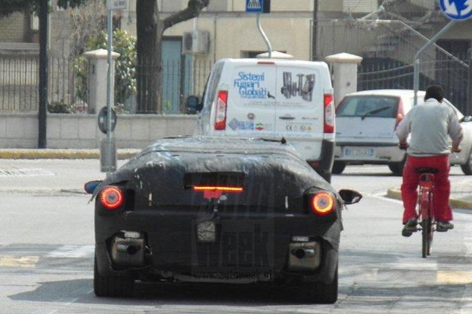 Ferrari, foto spia dell'erede di Enzo