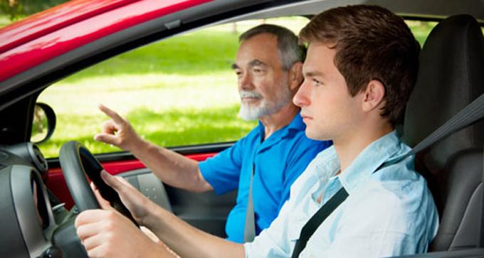"""""""Guida accompagnata"""": da oggi si può guidare a 17 anni"""