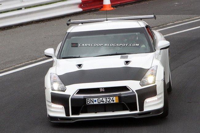 Nissan GT-R, foto spia della versione che correrà alle 24 Ore del Nürburgring