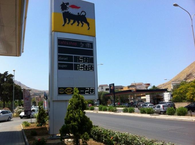 Caro benzina, adesso è sfida a chi fa più sconti