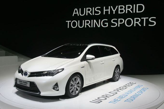 toyota auris touring sports debutto al salone di parigi. Black Bedroom Furniture Sets. Home Design Ideas
