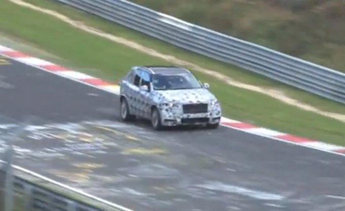 Nuova BMW X5 M, paparazzata per strada e in pista