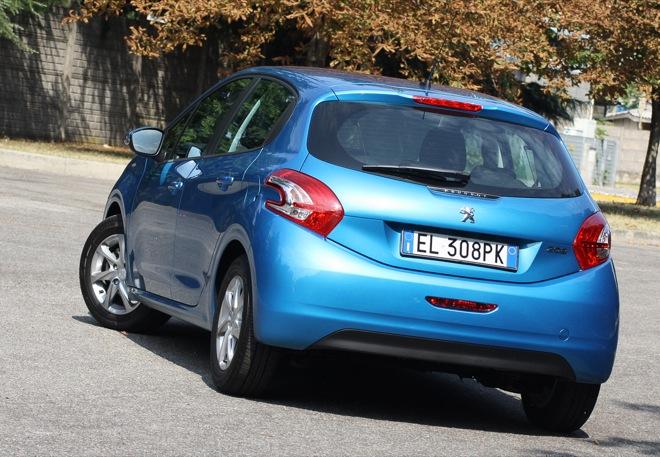 Peugeot 208 1 2 active prova su strada for Interno peugeot 208