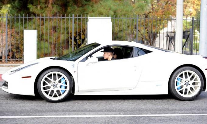 Voleva fotografare la Ferrari di Justin Bieber, paparazzo viene investito e ucciso