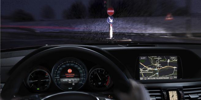 Mercedes, nuovo sistema che previene la marcia contromano