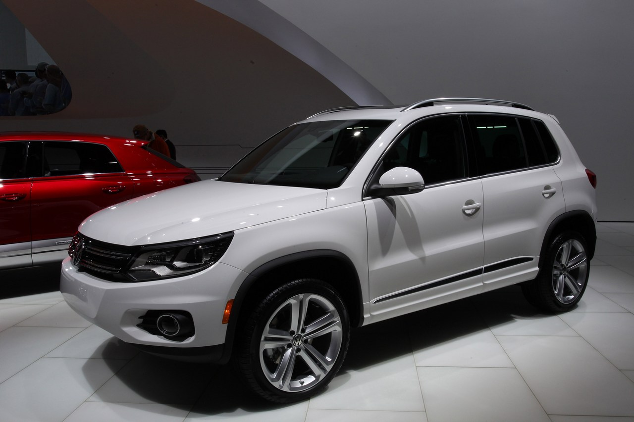 volkswagen tiguan r line foto dal vivo dal salone di. Black Bedroom Furniture Sets. Home Design Ideas