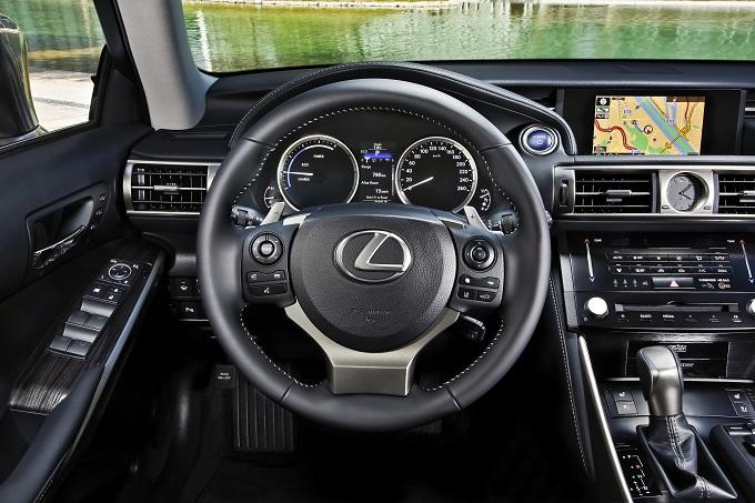 Lexus IS Hybrid usa Google per trovare parcheggio e ridurre il traffico