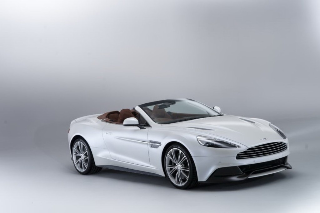 Aston Martin Vanquish Volante, la potente cabrio sfreccia sulle strade della California