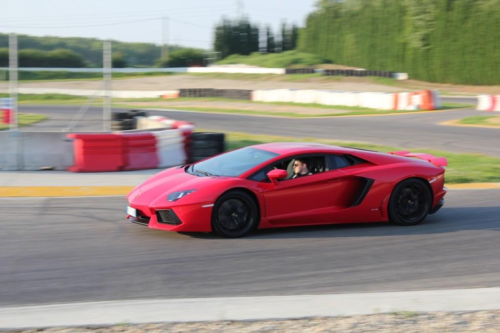 Lamborghini Aventador, il sound del V12 da dentro l'abitacolo