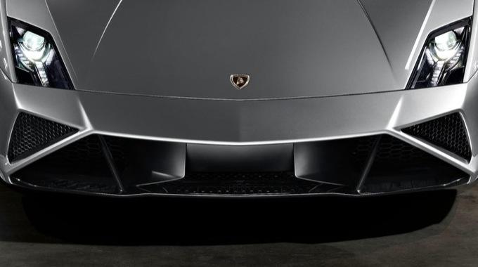 Lamborghini Cabrera, tre ragazzi inglesi si infiltrano a Sant'Agata Bolognese