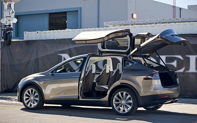 Tesla Model X: le portiere Falcon Wings, seppur strane, faranno parte dell'equipaggiamento di serie