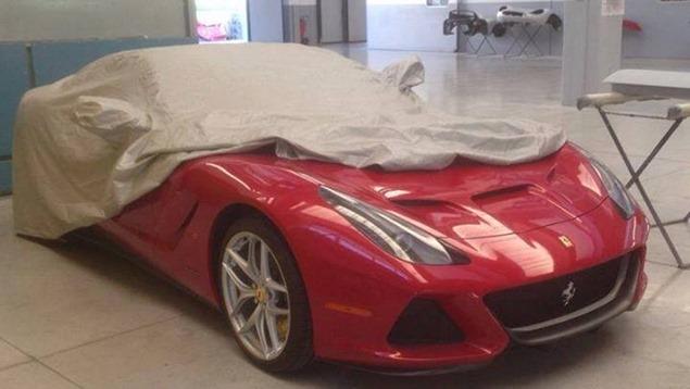 Ferrari SP America: foto spia di una versione Targa della F12 Berlinetta?