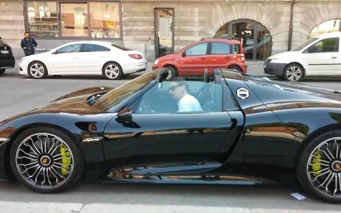 Zlatan Ibrahimovic a bordo della sua Porsche 918 Spyder