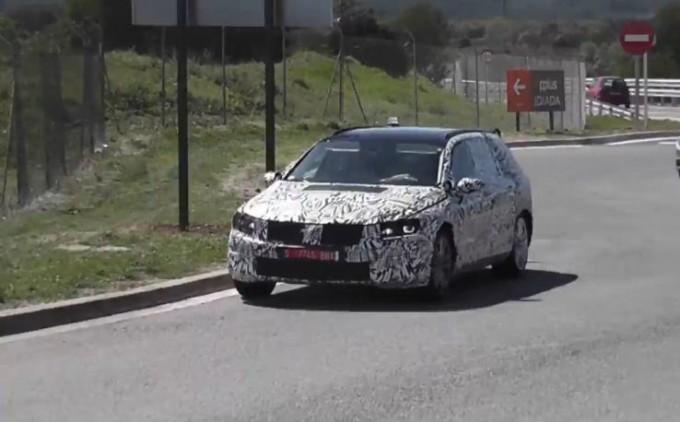 Volkswagen Passat 2015, video spia della versione berlina e della station wagon