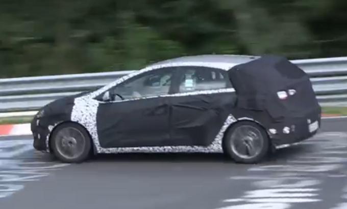 Hyundai i30 restyling: video spia di un prototipo al Nurburgring