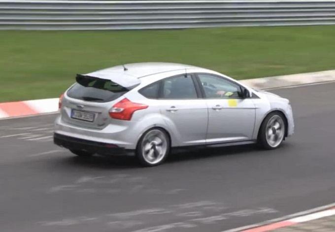 Nuova Ford Focus RS beccata a girare in pista [VIDEO SPIA]