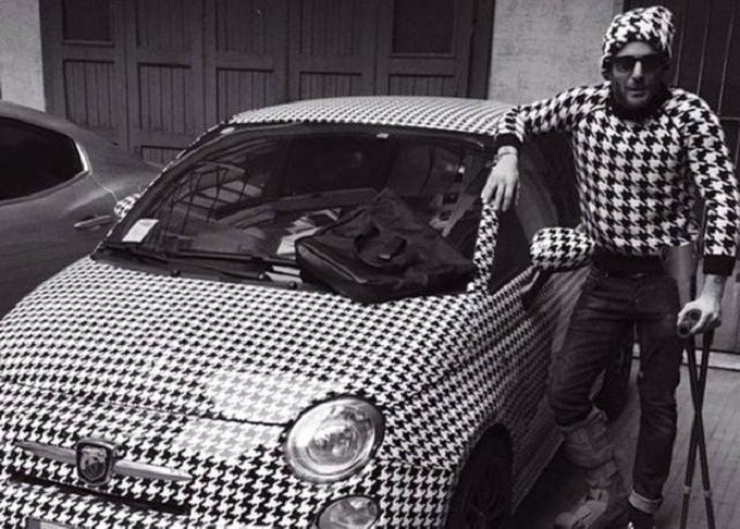 Lapo elkann e il total look in pendant con la sua fiat 500 for Fiat 500 karmasutra