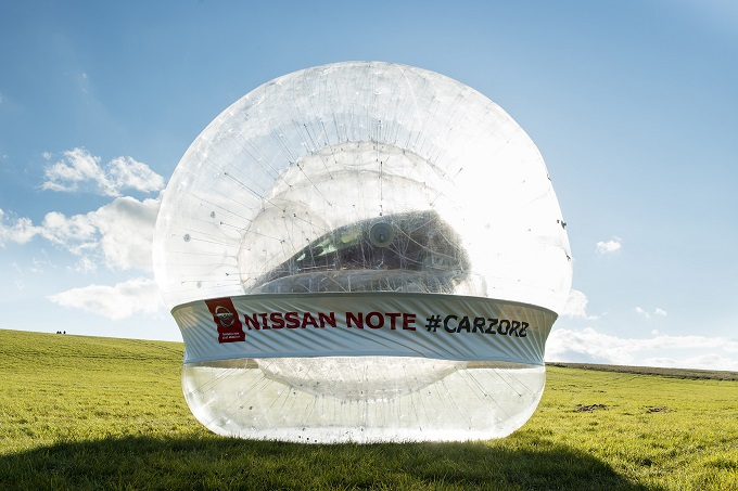 Nissan Note, per promuovere il Safety Shield si mette a fare zorbing
