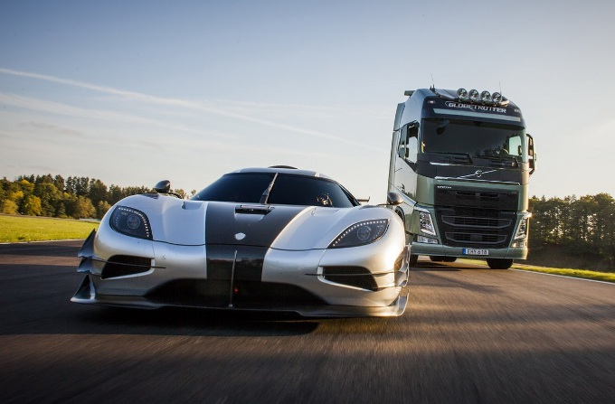 Volvo Trucks vs Koenigsegg One:1, il nuovo spot pubblicitario