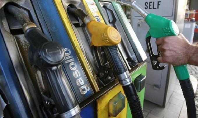 Benzina: il prezzo del greggio scende e i carburanti restano cari