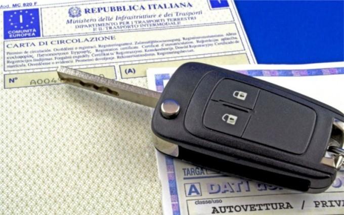 Carta di circolazione col nome di chi guida un'auto non sua: niente obbligo di registrazione