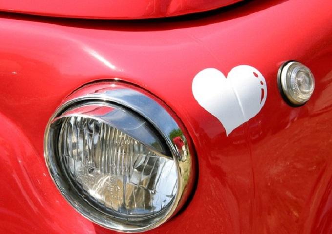 La metà degli italiani usa l'auto per sedurre