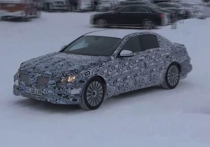 Mercedes Classe E MY 2017 filmata sulla neve durante i test [VIDEO SPIA]